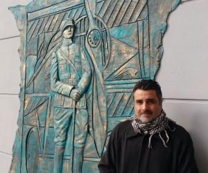 Escultor Carlos Leonardo Gómez con su obra
