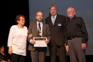 Doctor Gabriel Gondolesi recibiendo la distinción por parte de sus padres y el Doctor Eduardo Diez